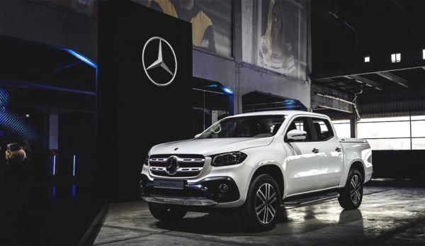 Пикап Mercedes-Benz X-Class пытается заехать в шоурум без боковых зеркал: видео
