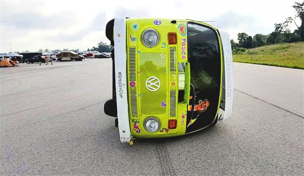 Фургон Volkswagen Camper Van перевернули на бок